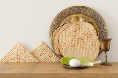 Pesah berömbegrepp & x28; judisk påskhögtidholiday& x29; över trätabellen royaltyfri bild
