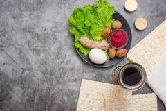 Pesah berömbegrepp Påskhögtidbakgrund med den vin-, matza- och sederplattan på grå färger Top beskådar Med kopiera utrymme royaltyfri fotografi