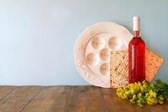 Pesah berömbegrepp (judisk påskhögtidferie) med vin och matza Arkivfoto