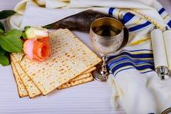 Pesah-Feierkonzept jüdisch, Matzoh und roter süßer Wein Passahfestfeiertag und Frühlingsblumen lizenzfreie stockfotografie
