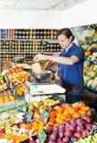 Pesando frutas frescas fotografia de stock