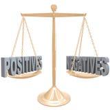 Pesando los positivos y las negativas - opciones en escala ilustración del vector