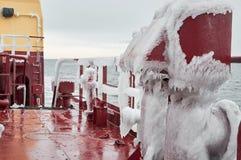 Pesante della nave coperto di ghiaccio Immagine Stock