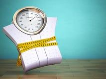 Pesare le scale con nastro adesivo di misurazione Stia il concetto a dieta Immagini Stock