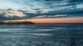Pesaro, Италия май 2017 - заход солнца на гавани с маяком Стоковая Фотография