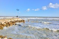 Pesaro Adriatic seglar utmed kusten Arkivfoto