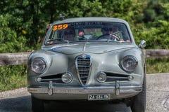 PESARO COLLE ΣΑΝ ΜΠΑΡΤΌΛΟ, ΙΤΑΛΊΑ - 17 ΜΑΐΟΥ - 2018: ALFA ROMEO 1900 Γ SS ΠΕΡΙΟΔΕΎΟΝΤΑΣ το παλαιό αγωνιστικό αυτοκίνητο του 1955  Στοκ εικόνες με δικαίωμα ελεύθερης χρήσης