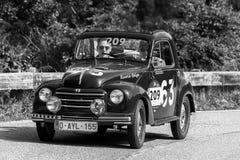 PESARO COLLE SAN BARTOLO, ИТАЛИЯ - 17-ОЕ МАЯ - 2018: Гоночный автомобиль ФИАТ 500 c 1951 старый в ралли Mille Miglia 2018 известн Стоковые Фото