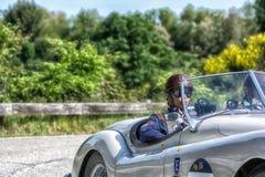 PESARO COLLE SAN BARTOLO, ИТАЛИЯ - 17-ОЕ МАЯ - 2018: Гоночный автомобиль ЯГУАРА XK 140 OTS 1954 старый в ралли Mille Miglia 2018  Стоковые Изображения RF