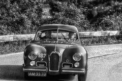 PESARO COLLE SAN BARTOLO, ИТАЛИЯ - 17-ОЕ МАЯ - 2018: Гоночный автомобиль TALBOT-LAGO t 26 GS BERLINETTE 1950 старый в ралли Mille Стоковые Фотографии RF