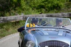 PESARO COLLE SAN BARTOLO, ИТАЛИЯ - 17-ОЕ МАЯ - 2018: ОСТИН HEALEY 100/4 BN2 1956 на старом гоночном автомобиле в th 2017 Mille Mi Стоковая Фотография
