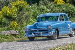 PESARO COLLE SAN BARTOLO, ITÁLIA - 17 DE MAIO - 2018: Carro de competência 88 1954 velho SUPER de OLDSMOBILE na reunião Mille Mig Imagens de Stock
