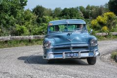 PESARO COLLE SAN BARTOLO, ITÁLIA - 17 DE MAIO - 2018: Carro de competência 88 1954 velho SUPER de OLDSMOBILE na reunião Mille Mig Foto de Stock