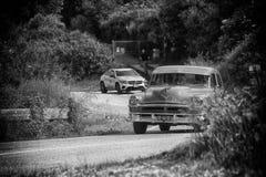 PESARO COLLE SAN BARTOLO, ITÁLIA - 17 DE MAIO - 2018: Carro de competência 88 1954 velho SUPER de OLDSMOBILE na reunião Mille Mig Fotos de Stock Royalty Free