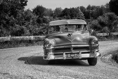 PESARO COLLE SAN BARTOLO, ITÁLIA - 17 DE MAIO - 2018: Carro de competência 88 1954 velho SUPER de OLDSMOBILE na reunião Mille Mig Imagem de Stock Royalty Free