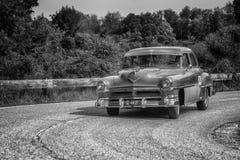 PESARO COLLE SAN BARTOLO, ITÁLIA - 17 DE MAIO - 2018: Carro de competência 88 1954 velho SUPER de OLDSMOBILE na reunião Mille Mig Imagem de Stock