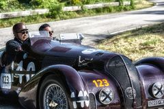 PESARO COLLE SAN BARTOLO, ITALIË - MEI 17 - 2018: ALFA ROMEO 6C 2300 B de HEREN SPIDER TOURING 1938 oude raceauto in verzameling  Stock Foto's