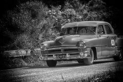 PESARO COLLE SAN BARTOLO, ITALIË - MEI 17 - 2018: De SUPER 88 1954 oude raceauto van OLDSMOBILE in verzameling Mille Miglia 2018  Royalty-vrije Stock Foto's