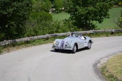 PESARO COLLE SAN BARTOLO, ITALIË - MEI 17 - 2018: JAGUAR XK 140 OTS-SE 1955 op een oude raceauto in verzameling Mille Miglia 2018 Stock Foto