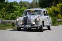 PESARO COLLE SAN BARTOLO, ITALIË - MEI 17 - 2018: MERCEDES 220 A 1955 op een oude raceauto in verzameling Mille Miglia 2018 beroe Stock Foto's