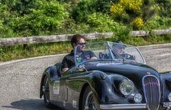 PESARO COLLE SAN BARTOLO, ITALIE - 17 MAI - 2018 : Vieille voiture de course de JAGUAR XK 120 OTS 1953 dans le rassemblement Mill Photo libre de droits