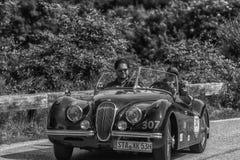 PESARO COLLE SAN BARTOLO, ITALIE - 17 MAI - 2018 : Vieille voiture de course de JAGUAR XK 120 OTS 1953 dans le rassemblement Mill Photographie stock