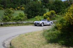 PESARO COLLE SAN BARTOLO, ITALIEN - MAJ 17 - 2018: BMW 507 samlar den TURNERA SPORTEN 1956 på en gammal tävlings- bil in Mille Mi Arkivfoto