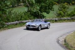 PESARO COLLE SAN BARTOLO, ITALIEN - MAJ 17 - 2018: BMW 507 samlar den TURNERA SPORTEN 1956 på en gammal tävlings- bil in Mille Mi Fotografering för Bildbyråer