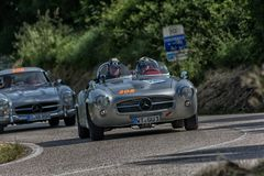 PESARO COLLE SAN BARTOLO, ITALIEN - MAJ 17 - 2018: MERCEDES 190 SL 1956 på en gammal tävlings- bil samlar in Mille Miglia 2018 de Arkivbilder