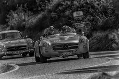 PESARO COLLE SAN BARTOLO, ITALIEN - MAJ 17 - 2018: MERCEDES 190 SL 1956 på en gammal tävlings- bil samlar in Mille Miglia 2018 de Fotografering för Bildbyråer