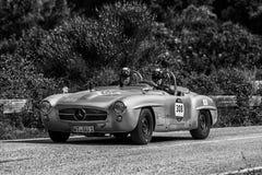 PESARO COLLE SAN BARTOLO, ITALIEN - MAJ 17 - 2018: MERCEDES 190 SL 1956 på en gammal tävlings- bil samlar in Mille Miglia 2018 de Arkivbild