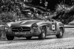 PESARO COLLE SAN BARTOLO, ITALIEN - MAJ 17 - 2018: MERCEDES 190 SL 1955 samlar den gamla tävlings- bilen in Mille Miglia 2018 den Arkivfoton