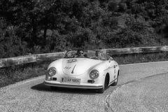 PESARO COLLE SAN BARTOLO, ITALIEN - MAJ 17 - 2018: PORSCHE 356 1500 gamla tävlings- bil för FARTDÅRE 1954 samlar in Mille Miglia  Fotografering för Bildbyråer