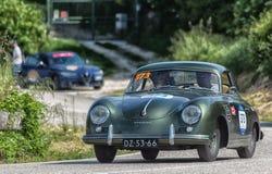 PESARO COLLE SAN BARTOLO, ITALIEN - MAJ 17 - 2018: PORSCHE 356 gammal tävlings- bil 1500 1955 samlar in Mille Miglia 2018 den ber Royaltyfri Fotografi