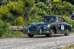 PESARO COLLE SAN BARTOLO, ITALIEN - MAJ 17 - 2018: PORSCHE 356 gammal tävlings- bil 1500 1955 samlar in Mille Miglia 2018 den ber Fotografering för Bildbyråer