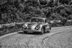 PESARO COLLE SAN BARTOLO, ITALIEN - MAJ 17 - 2018: PORSCHE 356 gammal tävlings- bil 1500 1954 samlar in Mille Miglia 2018 det ber Fotografering för Bildbyråer