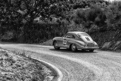 PESARO COLLE SAN BARTOLO, ITALIEN - MAJ 17 - 2018: PORSCHE 356 gammal tävlings- bil 1500 1954 samlar in Mille Miglia 2018 det ber Arkivbilder