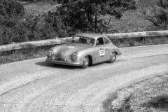 PESARO COLLE SAN BARTOLO, ITALIEN - MAJ 17 - 2018: PORSCHE 356 gammal tävlings- bil 1500 1953 samlar in Mille Miglia 2018 det ber Arkivfoton