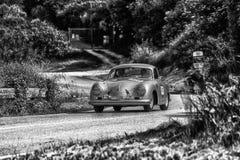 PESARO COLLE SAN BARTOLO, ITALIEN - MAJ 17 - 2018: PORSCHE 356 gammal tävlings- bil 1500 1954 samlar in Mille Miglia 2018 det ber Arkivbild