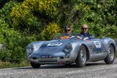 PESARO COLLE SAN BARTOLO, ITALIEN - MAJ 17 - 2018: PORSCHE 550 SPYDER 1500 RS 1955 samlar den gamla tävlings- bilen in Mille Migl Royaltyfri Foto