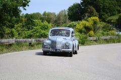 PESARO COLLE SAN BARTOLO, ITALIEN - MAJ 17 - 2018: RENAULT 4 CV 1957 på en gammal tävlings- bil samlar in Mille Miglia 2018 det b Arkivfoton