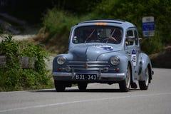 PESARO COLLE SAN BARTOLO, ITALIEN - MAJ 17 - 2018: RENAULT 4 CV 1957 på en gammal tävlings- bil samlar in Mille Miglia 2018 det b Arkivbilder