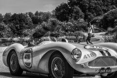 PESARO COLLE SAN BARTOLO, ITALIEN - MAJ 17 - 2018: Samlar den gamla tävlings- bilen för ASTON MARTIN DB 3S 1955 in Mille Miglia 2 Royaltyfria Bilder