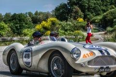 PESARO COLLE SAN BARTOLO, ITALIEN - MAJ 17 - 2018: Samlar den gamla tävlings- bilen för ASTON MARTIN DB 3S 1955 in Mille Miglia 2 Arkivbild