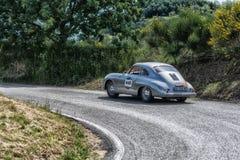 PESARO COLLE SAN BARTOLO, ITALIEN - MAJ 17 - 2018: Samlar den gamla tävlings- bilen för PORSCHE 356 A 1500 GS CARRERA 1956 in Mil Fotografering för Bildbyråer