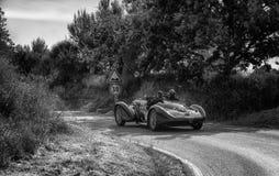 PESARO COLLE SAN BARTOLO WŁOCHY, MAJ 17, 2018 - ALFA ROMEO 6C 2300 b MM pająk OBJEŻDŻA 1938 starych bieżnych samochodów w zlotnym Zdjęcie Stock