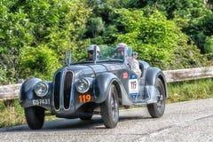 PESARO COLLE SAN BARTOLO WŁOCHY, MAJ 17, 2018 - FRAZER-NASH b M W 328 1937 starych bieżnych samochodów w zlotnym Mille Miglia 201 obraz stock