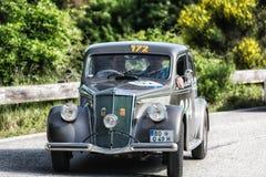 PESARO COLLE SAN BARTOLO WŁOCHY, MAJ 17, 2018 - LANCIA APRILIA 1500 1949 na starym bieżnym samochodzie w zlotnym Mille Miglia 201 zdjęcia royalty free