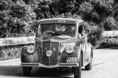 PESARO COLLE SAN BARTOLO WŁOCHY, MAJ 17, 2018 - LANCIA APRILIA 1500 1949 na starym bieżnym samochodzie w zlotnym Mille Miglia 201 zdjęcie royalty free