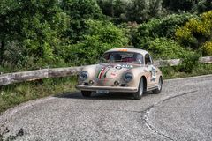 PESARO COLLE SAN BARTOLO WŁOCHY, MAJ 17, 2018 - PORSCHE 356 A 1500 GS CARRERA 1956 na starym bieżnym samochodzie w zlotnym Mille  Obraz Royalty Free